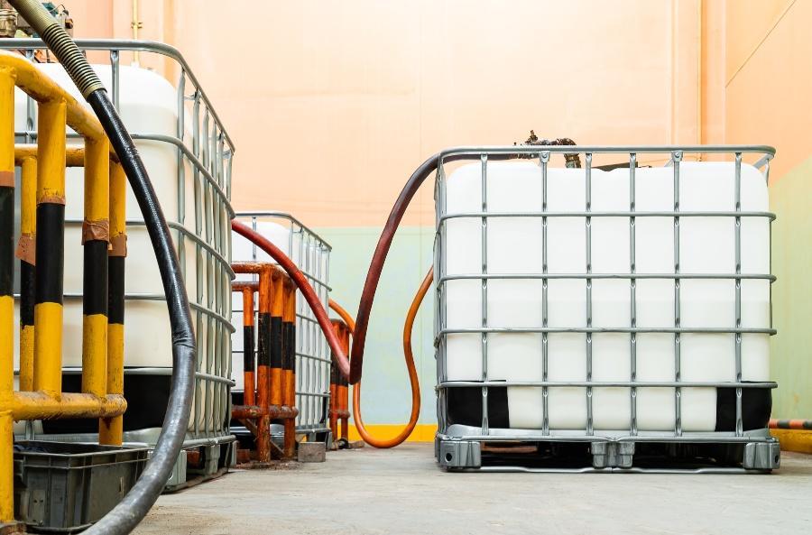 IBC Container werden per Schlauch befüllt