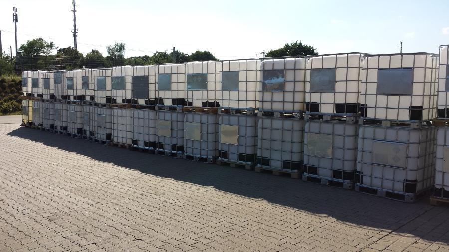 Reihe von IBC Containern im Freien