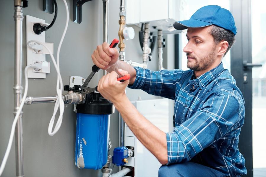 Man repariert Hauswasserfilter