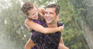 Glückliches-Pärchen-im-Regen
